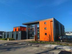 Bâtiment orange et noir